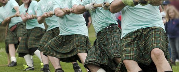 Tovtrækning til Highland Games. Deltagere iklædt grønternet kilt.